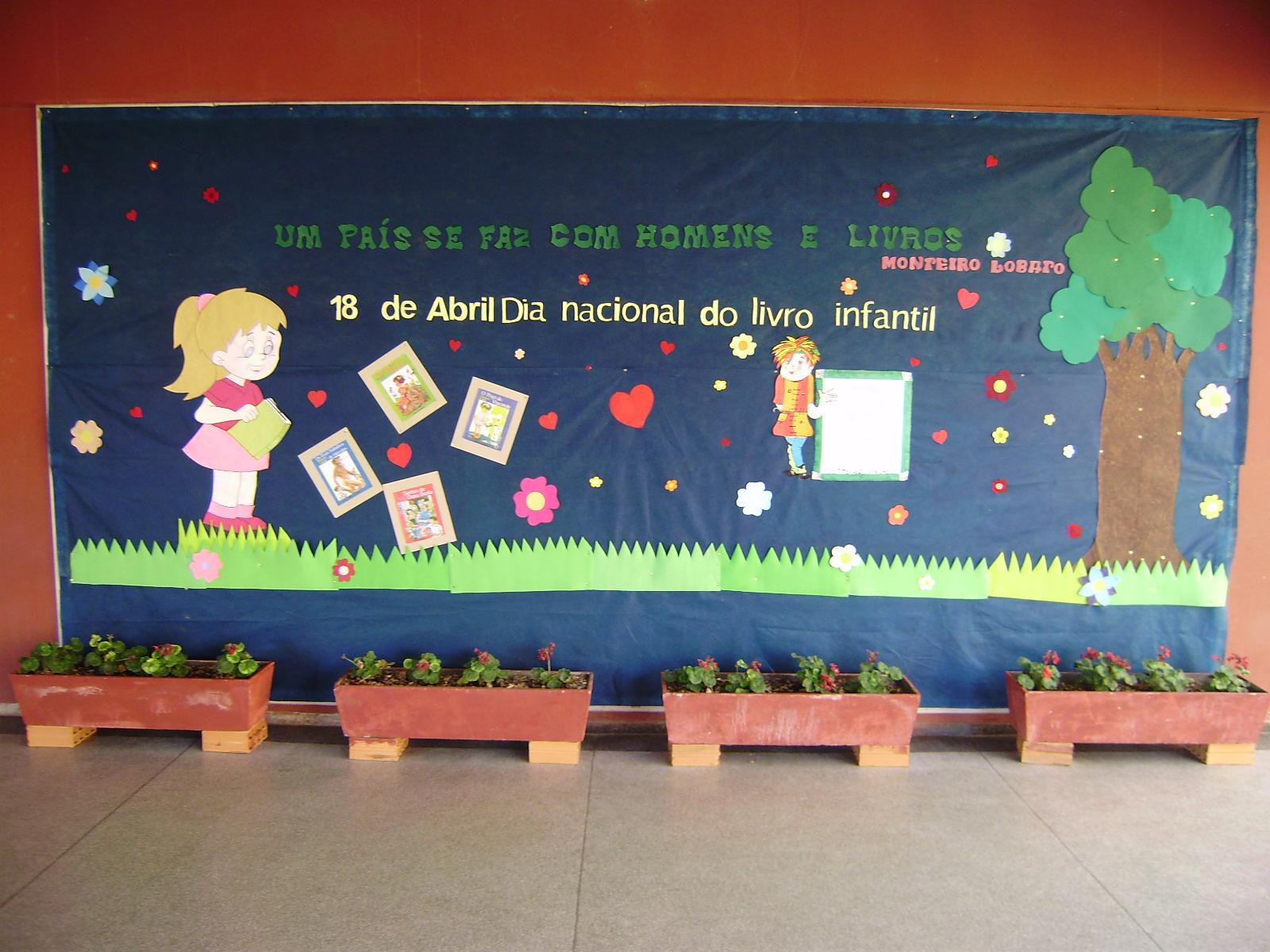 Mural Dia do Livro Infantil em EVA