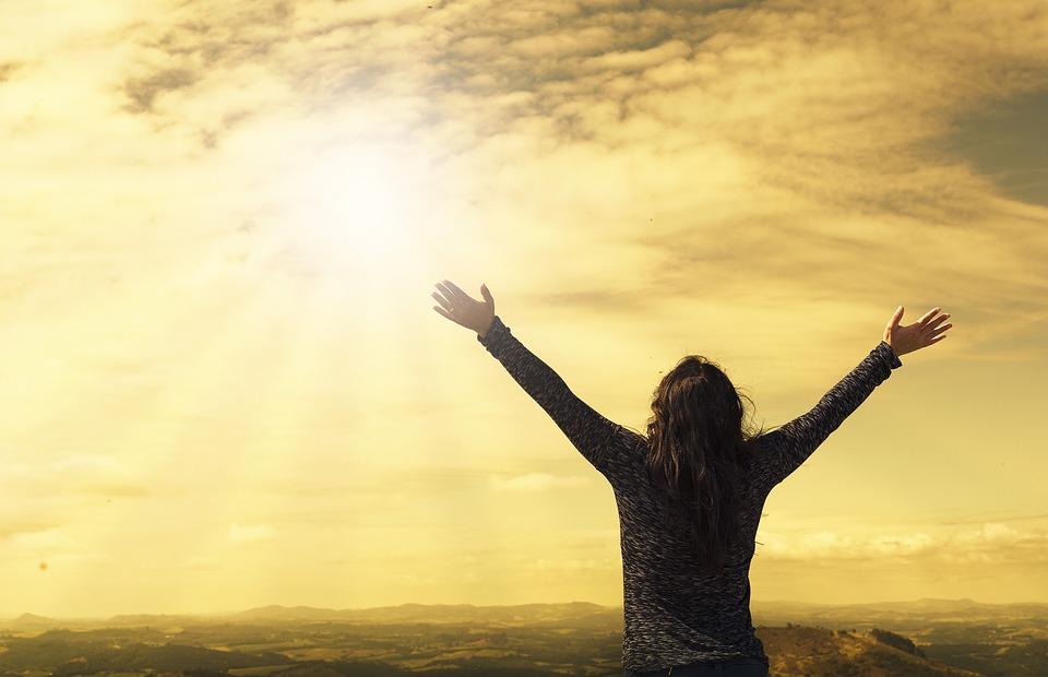 Mulher com as mãos levantadas