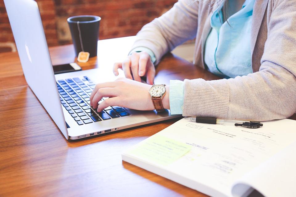 Estudante no PC (COMPUTADOR)